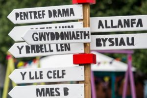 Celf gyfoes yn yr Eisteddfod heb waliau